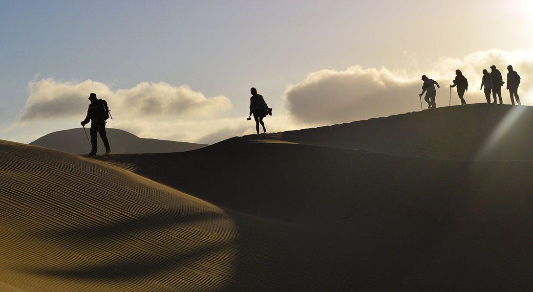 Caminata mar de dunas atardecer