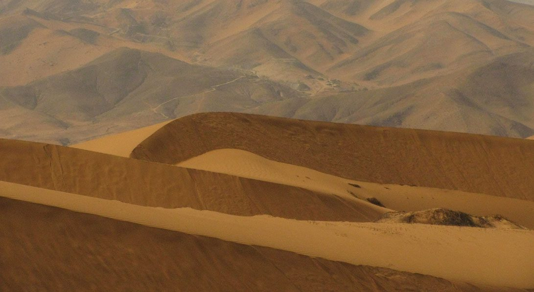 mar de dunas. mina san jose al fondo